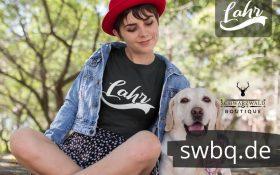 frau auf der wiese mit hund und schwarzem t-shirt mit lahr design