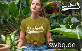 frau mit pflanzen und gruenem t-shirt mit bildmotiv durbach