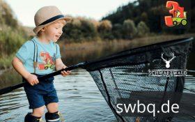 kleiner junge beim angeln mit hellblauem t-shirt mit 3. geburtstag schwarzwald design