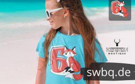 maedchen am strand mit hellblauem t-shirt mit design 6. geburtstag schwarzwald