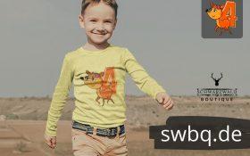 junge mit langen hosen und langarm tshirt mit logo 4. geburtstag schwarzwald