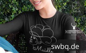 frau mit schwarzem tshirt und motiv schwarzwaldmaedel jasmin