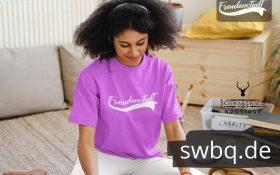 frau sitzend auf dem boden mit lila t-shirt mit freudenstadt design