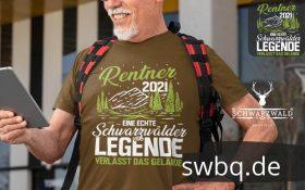 mann mit grauem bart und rucksack mit braunem t-shirt mit schwarzwald rentner 2021 motiv