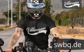 mann auf einem motorrad mit schwarzem t-shirt mit villingen bildmotiv