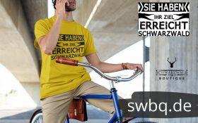 mann-mit-kaki-farbenem-shirt-auf-einem-fahrrad-mit-handy-aufdruck-sie-haben-ihr-ziel-erreicht-schwarzwald