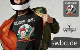 mann mit helm und jacke mit schwarzem t-shirt design boeses hasi mit bollenhut