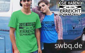 paerchen-mit-gruenem-und-blauem-t-shirt-mit-verschiedenen-halsausschnitten-hintergrund-blauer-vw-combi