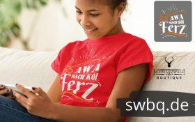 frau sitzend auf dem sofa mit einem handy mit rotem t-shirt mit aufdruck mach koi ferz