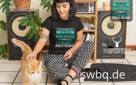 frau mit katze auf dem boden sitzend mit schwarzem t-shirt mit alemannisch raus gugge design