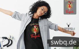frau mit brille bluse und schwarzem tshirt mit logo schwarzwald teufele