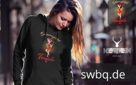 frau mit langen haaren und schwarzem hoodie mit motiv schwarzwald teufele