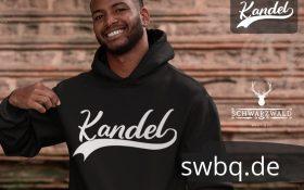 mann mit bart und schwarzem hoodie mit logo kandel