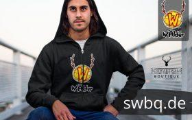 mann auf der bruecke mit schwarzem hoodie mit logo waelder hochschwarzwald