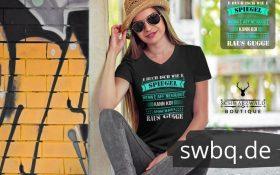 frau mit hut und sonnenbrille mit schwarzem t-shirt mit alemannisch raus gugge design