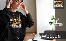 frau am schreibtisch mit kopfhoerern und schwarzem sweatshirt mit alemannisch badisch fuer einzelgaenger design