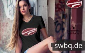 blonde frau sitzend im fensterrahmen mit schwarzem t-shirt mit donaueschingne design