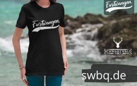 frau am strand mit schwarzem t-shirt mit furtwangen logo