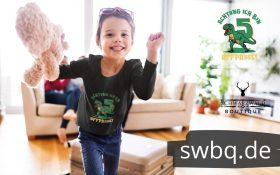 junge im wohnzimmer mit schwarzem langarm t-shirt mit 5. geburtstag schwarzwald design