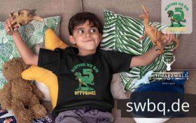 junge spielend auf dem sofa mit schwarzem tshirt mit design 5. geburtstag schwarzwald