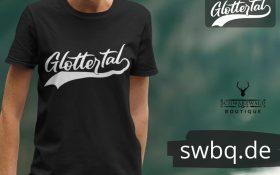 frau mit schwarzem t-shirt-mit-glottertal-design