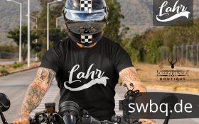 mann auf dem motorrad mit schwarzem t-shirt mit lahr design