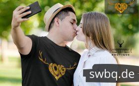 paearchen das ein foto schiesst mann mit schwarzem tshirt mit schwarzwald love mit geweih design