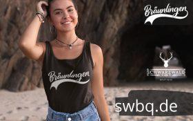 frau am strand mit schwarzem tank top mit logo braeunlingen