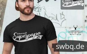 mann mit bart und schwarzem shirt mit schwarzwald super papa design