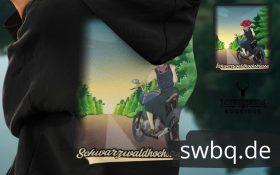 Schwarzwald-hochstrasse-mit-schwarzwaldmaedel-auf-motorrad-shirt