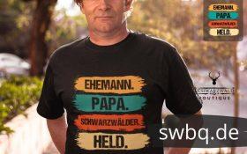 mann mit schwarzem t-shirt mit schwarzwaelder ehemann und papa design