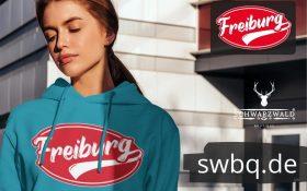frau mit blauem hoodie mit freiburger logo