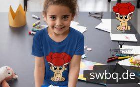 maedchen in der schule mit blauem tshirt mit schwarzwald baby mit bollenhut logo