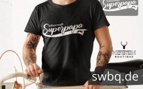 mann mit fahrrad und schwarzem tshirt mit schwarzwald super papa motiv