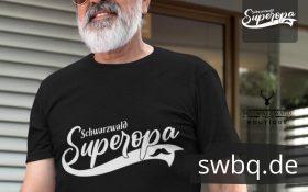 mann mit grauem bart und schwarzem tshirt mit schwarzwald super opa design