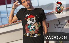 mann mit boot und schwarzem tshirt mit design gangster hase