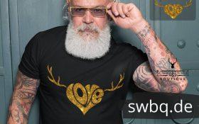 baertiger mann mit brille und schwarzem tshirt mit schwarzwald love geweih design