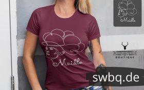 frau mit weinrotem tshirt mit schwarzwaldmaedel jasmin design