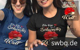 zwei sitzende frauen mit blauem und schwarzem t-shirt mit beste schwester im schwarzwald motiv