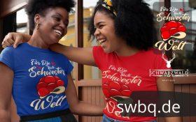 zwei junge frauen mit rotem und blauem tshirt mit beste schwester aus dem schwarzwald design